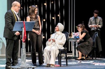 Os personaxes de El Funeral nunha das escenas da obra