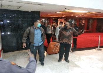 Penyidik KPK meninggalkan Gedung Nusantara III, Kompleks Parlemen Senayan, Jakarta usai menggeledah ruang kerja Wakil Ketua DPR RI Azis Syamsuddin. Foto/SINDOnews/kiswondari