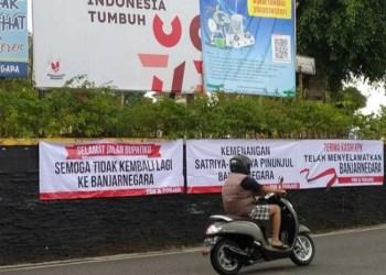 Sejumlah spanduk terpasang di sudut Alun-alun Banjarnegara, JawaTengah, setelah KPK menetapkan bupati setempat Budhi Sarwono sebagai tersangka korupsi.(KOMPAS.COM/FADLAN MUKHTAR ZAIN)