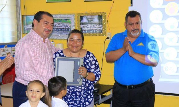 Beneficiamos a niños de Pre-basica en Calan, con Pizarra Electrónica.