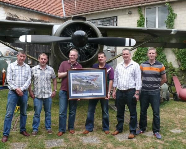 XVème squadron à Vraux 14 juillet 2015 le Wing commander (colonel) pilote et patron du XV sqd (avec lunette soleil ds polo) avec son navigateur et ses mécanos remettent le cadeau du centenaire du squadron