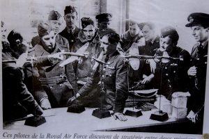 Pilotes de la RAF devant des maquettes d'avions allemands
