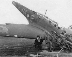 Fairey Battle P2192 HA-E mal en point sur le terrain d'aviation (supposé) d'Auberive. Les allemands ont déjà envahi le terrain. Nous sommes probablement en juin 1940