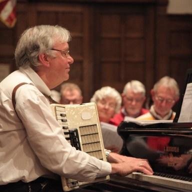 Marten Kamminga, één van de vaste muzikanten: hier met accordeon achter de vleugel. Zijn muziek en liedteksten klinken regelmatig tijdens DmB-diensten. Wat een veelzijdig mens!