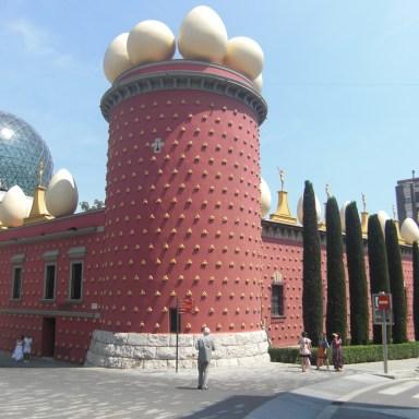 De bekende buitenkant van het Dalí-museum in Figueres.