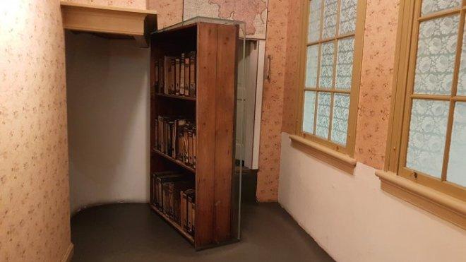 de-draaikast-naar-de-onderduikruimte-in-het-anne-frank-huis-700x394