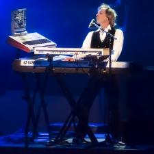 Alan Hewitt performing
