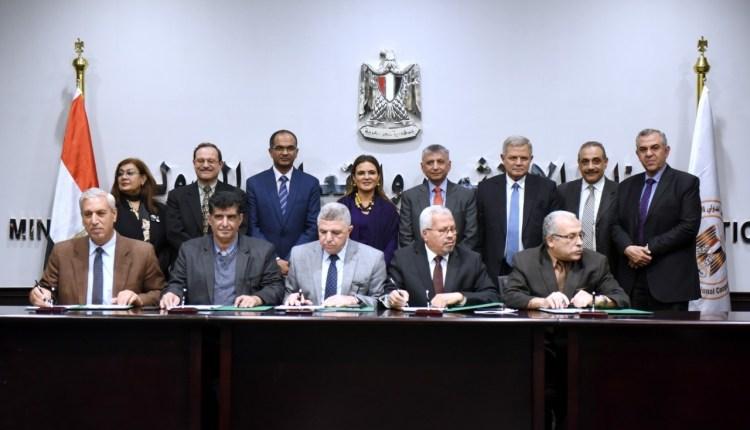 جانب من توقيع شركة مياة الشرب والصرف الصحي و البنك الأسيوي بحضور وزيرة الاستثمار