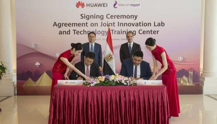 جانب من توقيع الاتفاقية بين المصرية للاتصالاتوهواوي العالمية