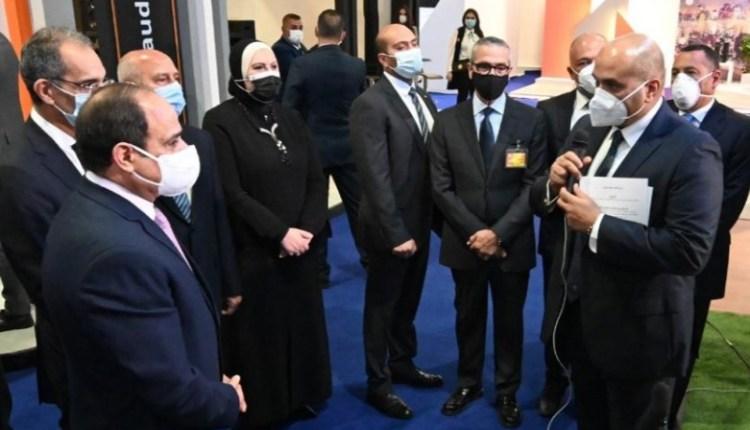 الرئيس السيسي يتفقد جناح اتصالات مصر