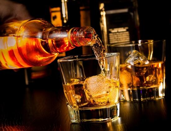 Đổ rượu whisky vào một ly