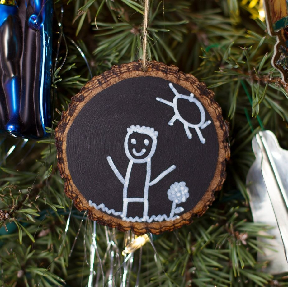 Keepsake chalkboard ornaments for the holidays! DIY Christmas ornaments for toddlers.