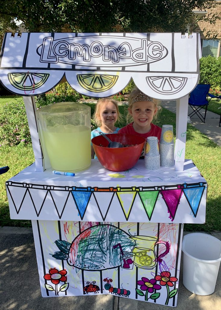 Lemonade stands are the perfect way to get outside and keep our kids aways from screens. #screenfreeplay #outdooractivity