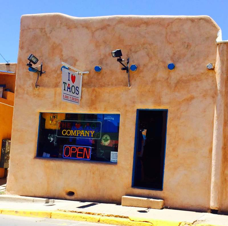 I had made it to the 2nd state of my solo 48 state road trip, New Mexico. Here is how I fell in love with this adorable state & the beautiful cities of Santa Fe & Taos.