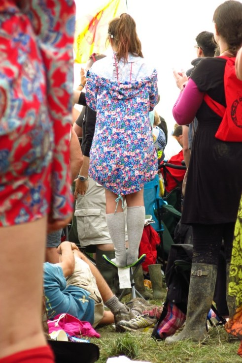 It can be hard to maintain your equilibrium among all the excitement at Glastonbury, but this girl didn't seem to have a problem.