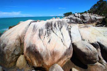 Batu raksasa Pantai Bangka