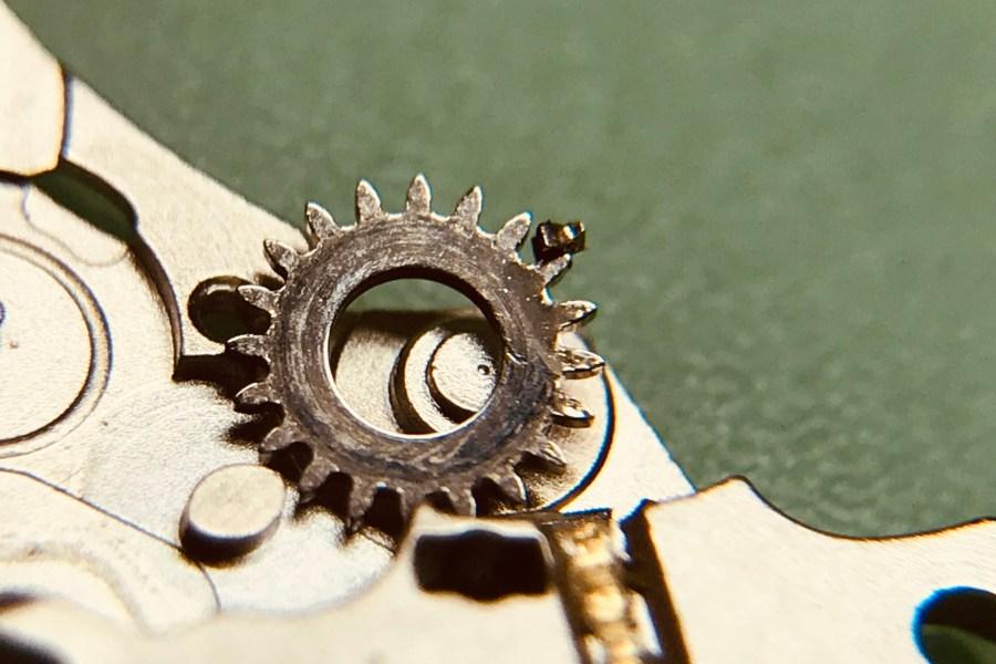 morceau de dent sur la roue de couronne et pont de barillet endommagé