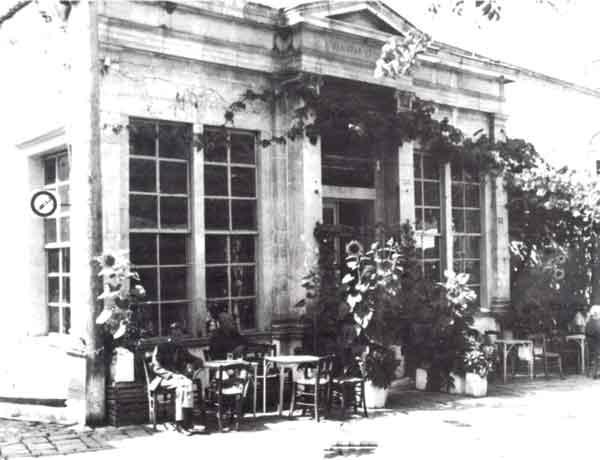 Η «Καφενταρία», επιβλητικό κτίσμα στην Αγορά της Αγιάσου. (Φωτογραφία Μιχάλη Κορομηλά)