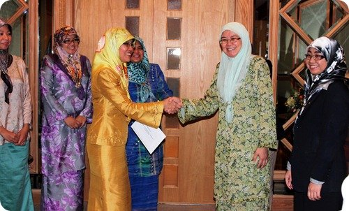 Chief_Fiancial_Officer_Noraini_Sulaiman_presented_the_cheque__On_hand_to_receive_the_contribution_was_Dr_Hjh_Asmah_binti_Hj_Morni_of_SHBIE