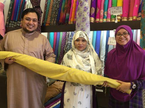 Pengarah Shika, YM Dayang Sufina (Tengah) menyampaikan derma kain kepada Ym Hj Syed Mohd Yassin Bin Hj Syed Anayatullah Shah