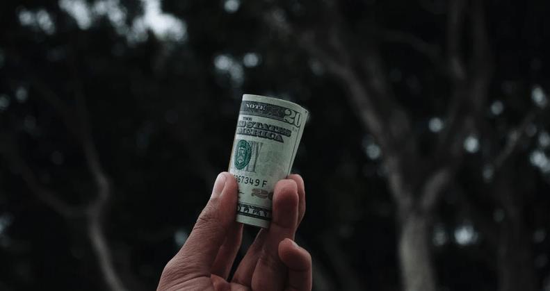 uang kertas, salah satu komponen dalam sistem ekonomi kapitalisme