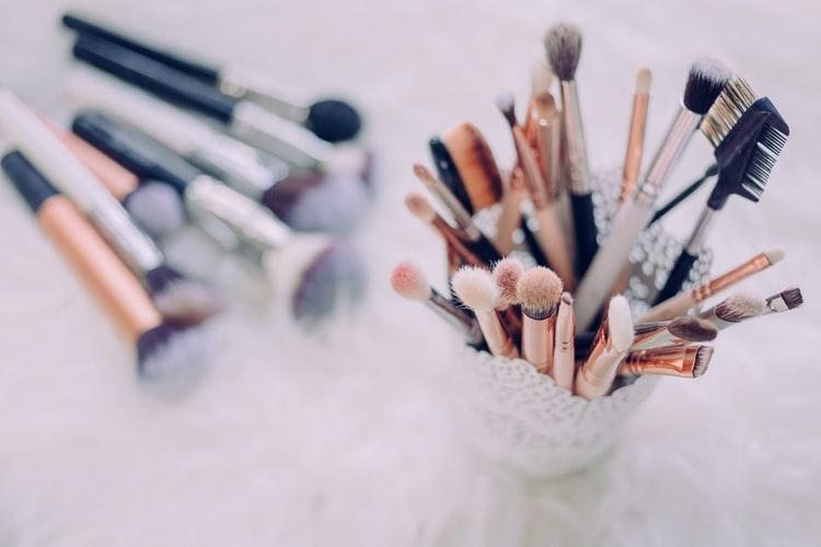 Ilustrasi peralatan make up dalam kontes kecantikan, foto: unsplash.com