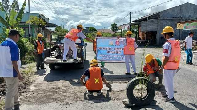 Banyaknya Jalan Berlobang, Siswa SMK Negeri 1 Bener Meriah Perbaiki Jalan Rusak