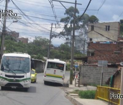 Policías también son humanos: se escondieron detrás de un bus en una balacera en Altavista