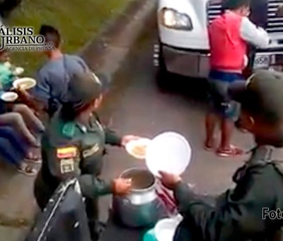 Policía colombiana entrega alimentos a venezolanos que van rumbo a Ecuador y Perú
