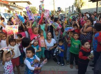 Aurora Arllette Aramburo Presidenta del DIF y la alcaldesa 0felia Jarillo entregan más de 10 mil juguetes a niños del municipio