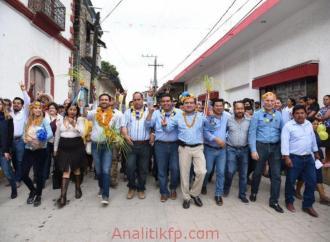 """El precandidato del PAN, PRD y MC, Miguel Ángel Yunes Márquez, visitó a la militancia de Chicontepec e Ixhuatlán de Madero, en el tercer día de su gira por el norte de la entidad.   """"El cambio histórico por el que mujeres y hombres trabajadores, de bien, votaron en 2016 para desterrar la corrupción del gobierno estatal va a continuar en 2018. El cambio ha logrado estabilizar las finanzas del estado, las cuales mejoran día a día, sin embargo se siguen pagando las consecuencias de tantos años de  despilfarros, robos y simulación de los gobiernos priístas corruptos que sumieron a Veracruz en una grave crisis económica y de inseguridad. El cambio hoy está dando pasos firmes en cada rubro, atendiendo por primera vez el problema más grave de Veracruz, la pobreza; combatiendo la inseguridad de forma contundente; rehabilitando los caminos destrozados, las escuelas y los hospitales. El cambio sí ha dado resultados que poco a poco mejoran la vida de todas las familias veracruzanas.""""  Miguel Ángel Yunes Márquez mencionó que a sus 41 años, el mayor honor de su vida es ser precandidato a la gubernatura de Veracruz del PAN, PRD, y Movimiento Ciudadano, los tres partidos políticos más importantes de México. Y que con el apoyo de su militancia se podrá consolidar el camino de progreso y justicia que el cambio histórico trajo a Veracruz, porque éste es el camino de la certeza y el bienestar para un futuro próspero y brillante.  """"En el PAN, PRD y Movimiento Ciudadano compartimos los ideales de buscar siempre la justicia social, de siempre poner al centro de las decisiones a la gente, siempre buscar la equidad y sobretodo, de gobernar con honestidad y transparencia. Hemos demostrado con resultados el saber encabezar buenos gobiernos, como en Boca del Río, donde logramos transitar por el camino del progreso, construyendo más de 900 obras bien planeadas y transparentes que transformaron la vida de todos sus habitantes, por lo cual hoy es el municipio con mayor porcentaje de cobertura en"""