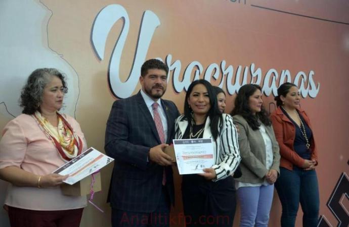 Entregó SEV 60 reconocimientos a trabajadoras del sector educativo