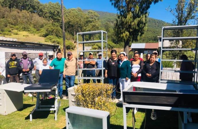 Entregó Gloria Galván mobiliario medico en comunidades de Xico