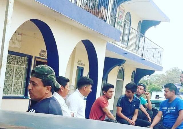 Inconformes llegan a Palacio Municipal de Tenampa
