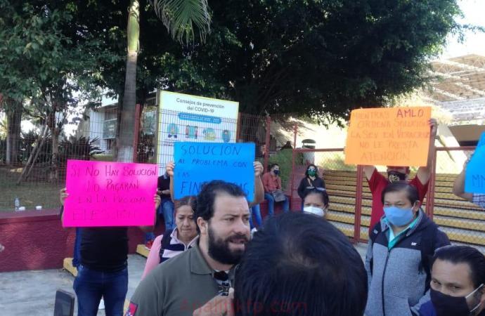 Integrantes del MMPV se manifiestan en la SEV solicitan un alto a los descuentos de las financieras