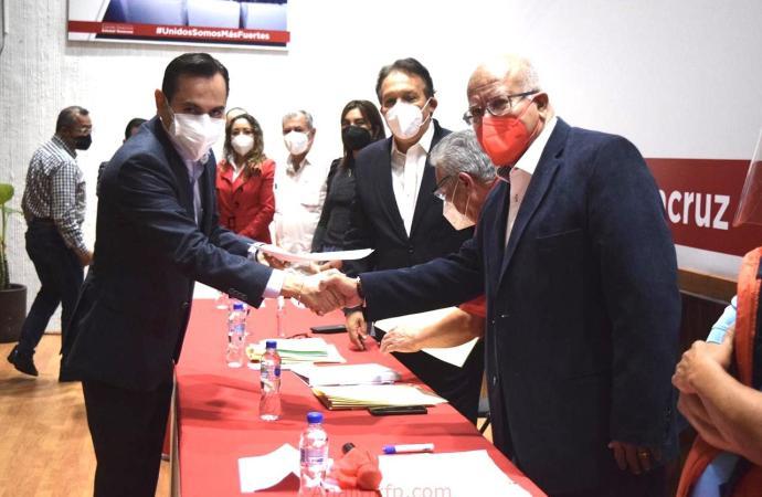 Adolfo Mota Hernández, solicita su registro como precandidato a la diputación federal por el distrito 8 Xalapa Rural