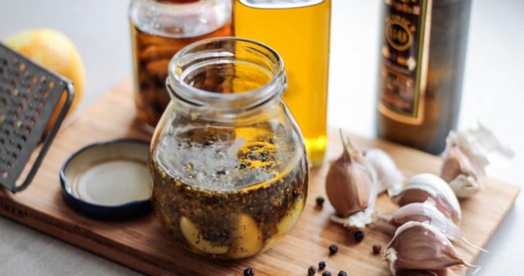 Czosnek marynowany w oliwie