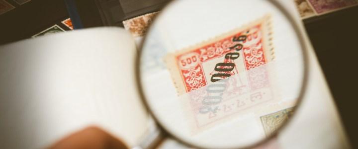 Briefmarke unter Lupe - Beispielbild für Privatdetektiv Cormoran Strike