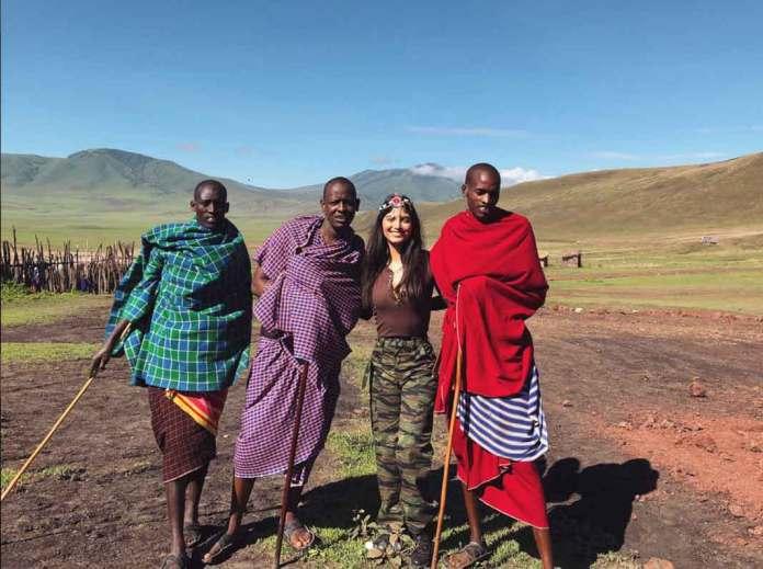 Marielena con miembros de los masai, una de las 120 tribus de Tanzania