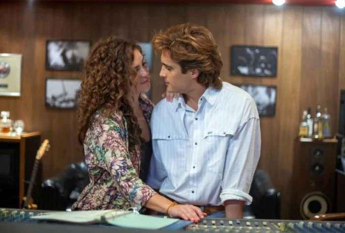 Diego en el papel de Luis Miguel, junto a la primera novia del cantante, que por su cabello supongo sería la fotógrafa Mariana Yazbek
