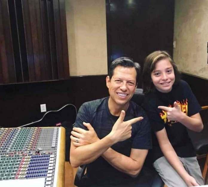 El pequeño Izan trabajando en la grabación de los temas en el estudio de Kiko Cebrián, el productor musical de Luis Miguel