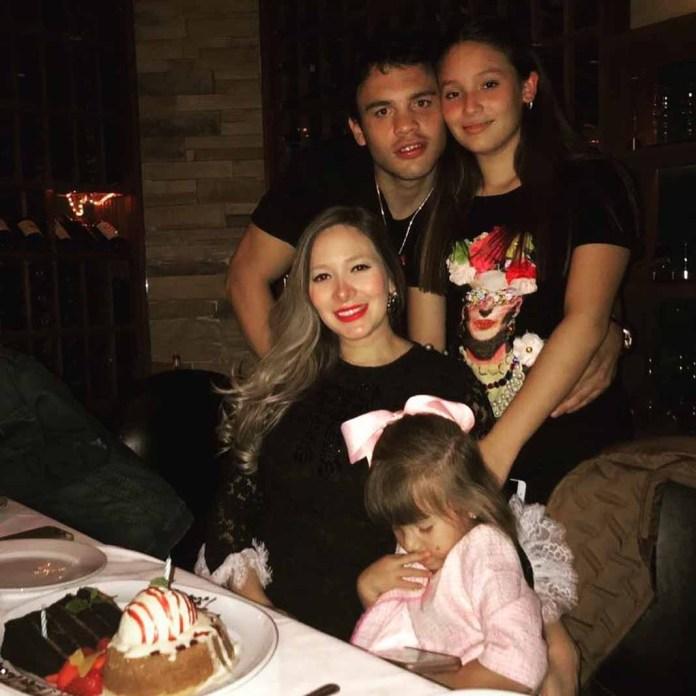 En esta foto en familia, ex boxeador hizo notar que su pequeña Julia no quiso voltear a la cámara