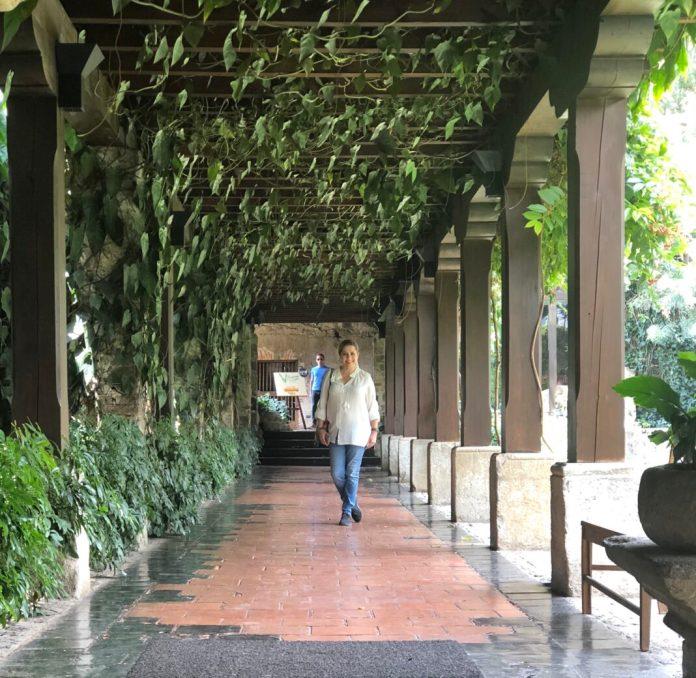 Aquí en el pasillo de entrada del hotel Casa Santo Domingo