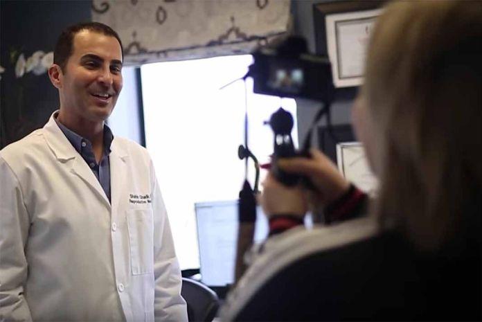 Llevó su cámara para grabar lo que le dijera el endocrinólogo