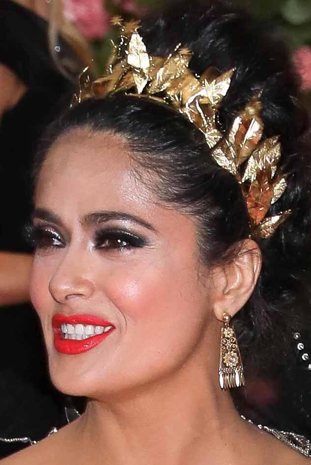 La tiara y los aretes en dorado de la veracruzana combinaban perfecto con el vestido