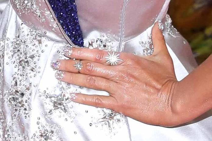 Thalía se puso cristales Swarovski en sus uñas y un par de discretos anillos (bueno, discretos para ser Thalía)