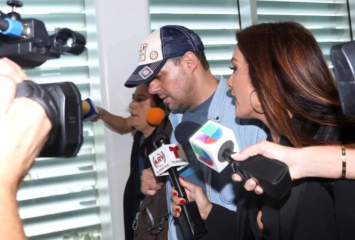 José Joel arribó a Miami, donde fue recibido por los medios de comunicación