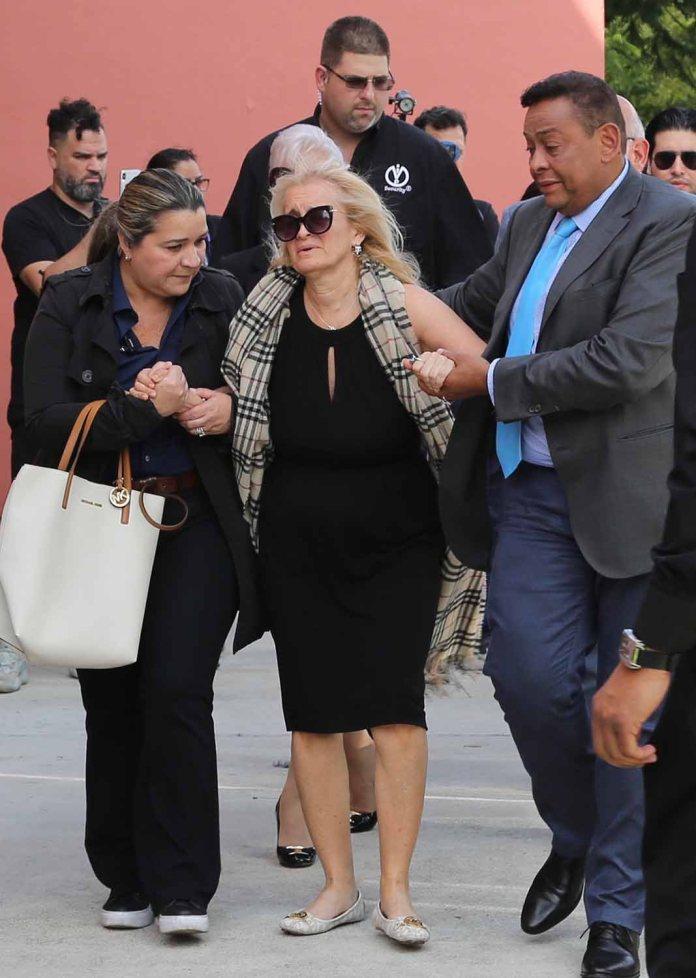 Asistida por allegados, Sara Salazar, viuda de José José, no se despegó del féretro del cantante