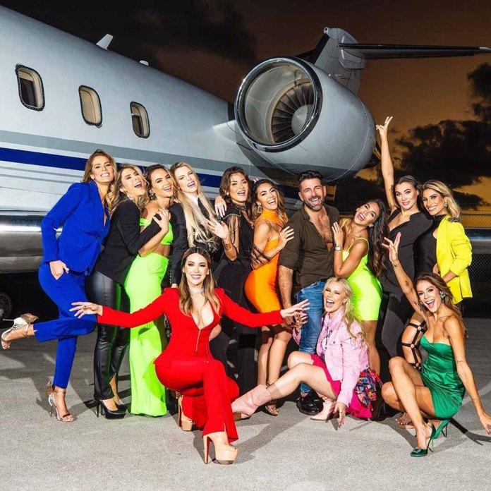 Geraldine aún no se integraba en esta foto de las integrantes del reality con el productor Federico Ríos