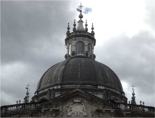 Vista de la cúpula con el escudo de los Borbones.